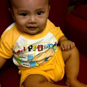 Alif diusia enam bulan. Belajar duduk ala bugis. Ada saja tingkah yang membuat kami tertawa.